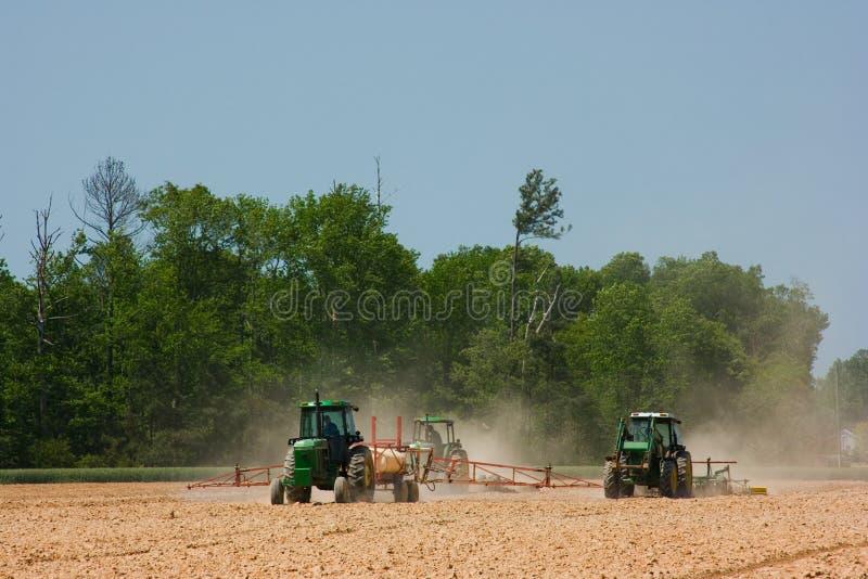 Landbouwers die het gebied ploegen royalty-vrije stock foto's