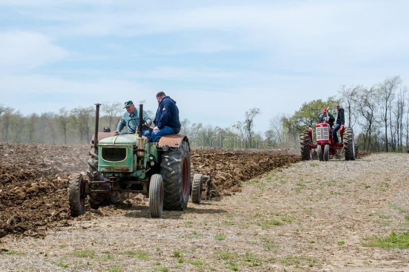 Landbouwers die met oude machines ploegen royalty-vrije stock fotografie