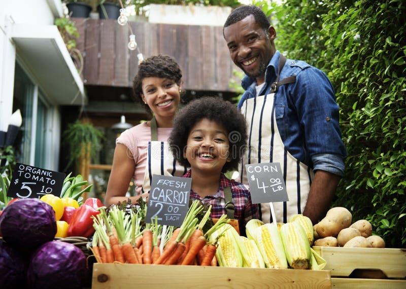 Landbouwers het verkopen verse organische groenten bij de markt stock fotografie