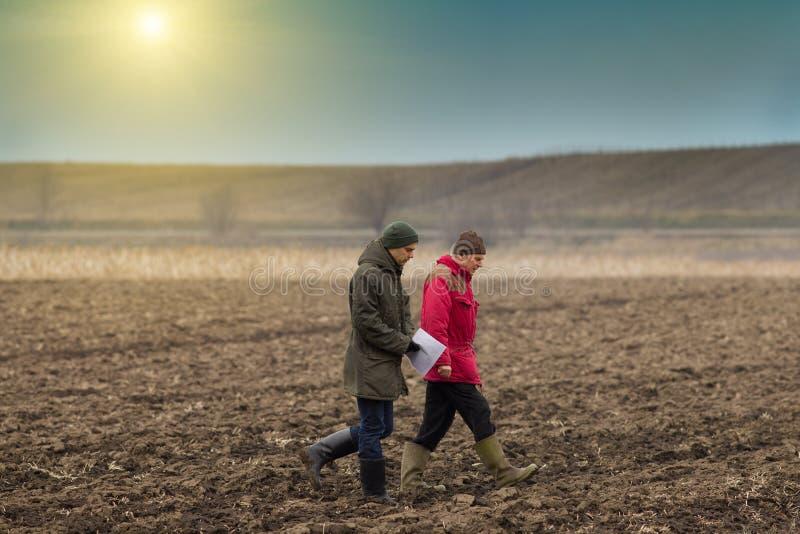 Landbouwers op geploegd gebied royalty-vrije stock foto
