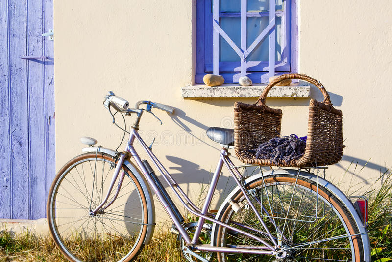Landbouwershuis dichtbij lavendelgebieden dichtbij Valensole in de Provence, Fr royalty-vrije stock foto