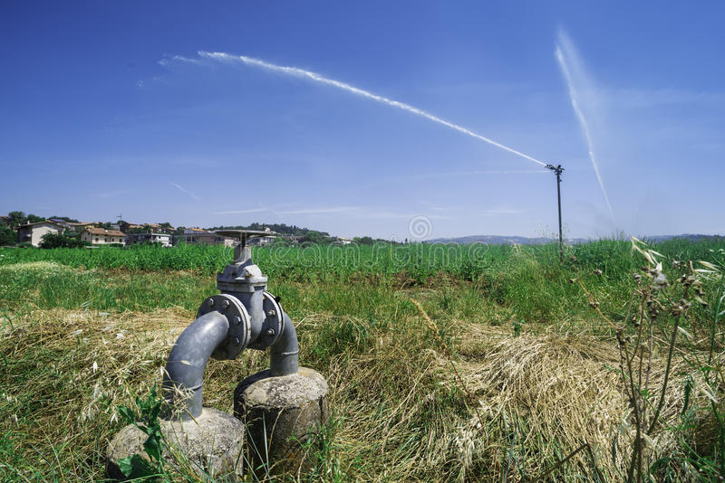 Landbouwirrigatiesystemen stock foto's