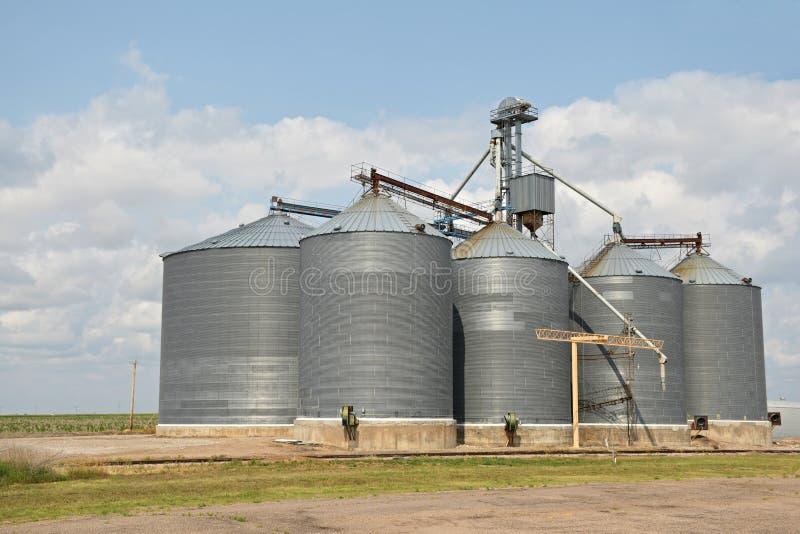 Landbouwkorrelsilo's royalty-vrije stock afbeeldingen