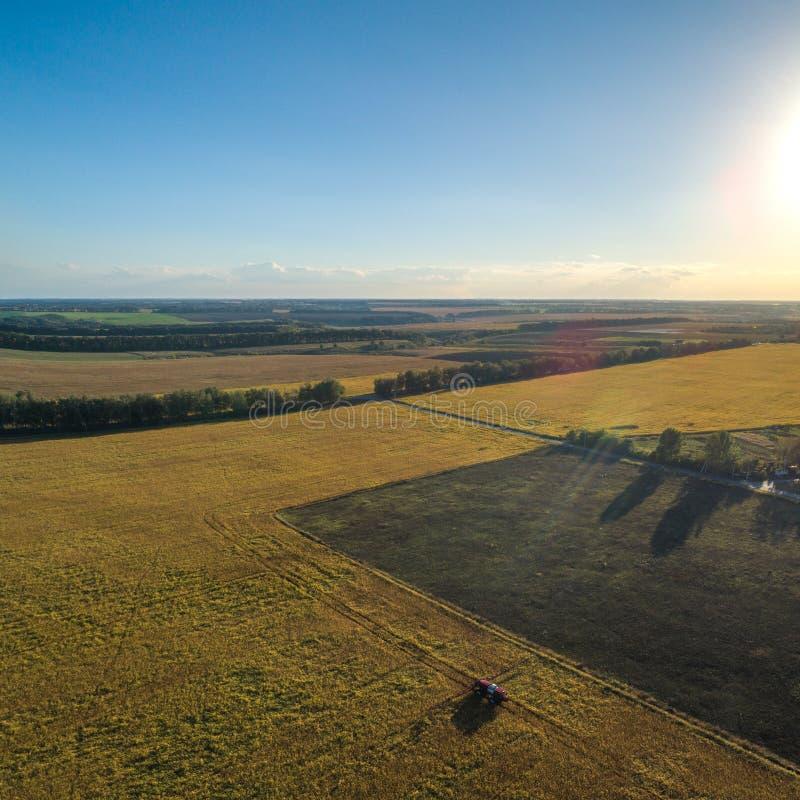 Landbouwmachines op het gebied Tractor met een spuitbus Lucht Mening royalty-vrije stock fotografie