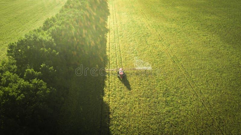 Landbouwmachines op het gebied Tractor met een spuitbus Lucht Mening stock afbeeldingen