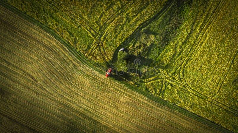 Landbouwmachines op het gebied Tractor met een spuitbus Lucht Mening royalty-vrije stock afbeeldingen