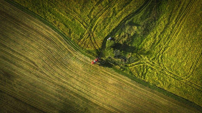 Landbouwmachines op het gebied Tractor met een spuitbus Lucht Mening royalty-vrije stock foto