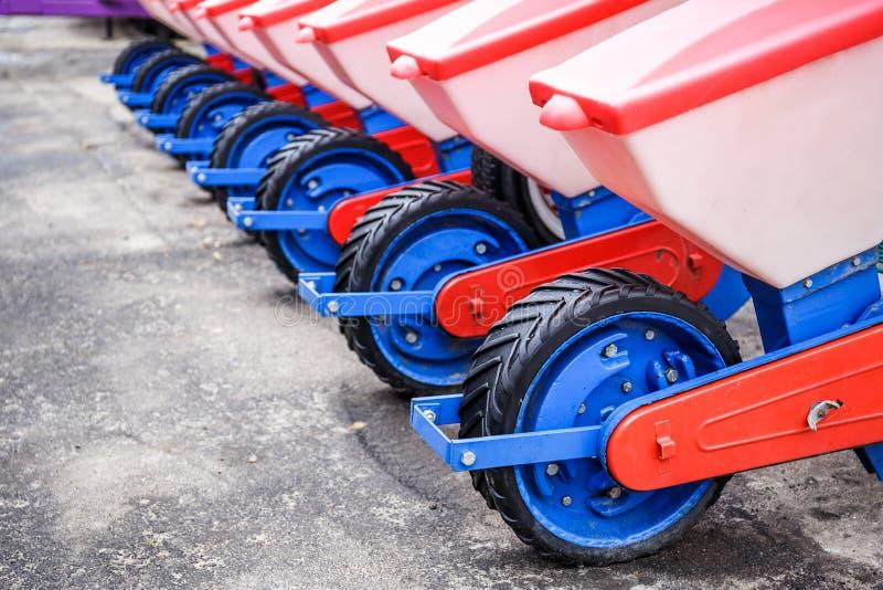 Landbouwmachines Werkende delen van moderne pneumatische zaaimachine stock foto's
