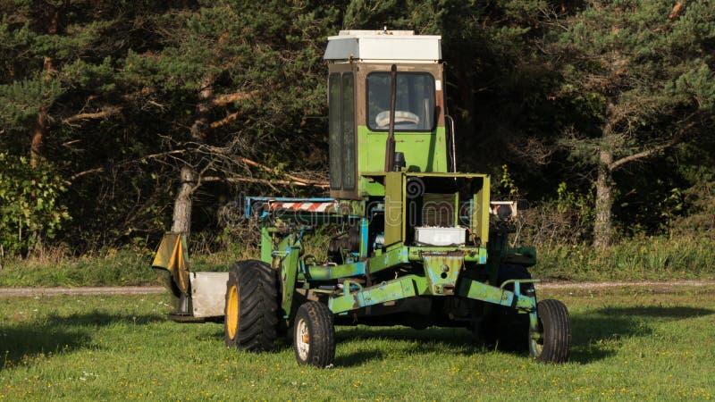 Landbouwwerktuig op de rand van een landbouwbedrijfgebied stock foto's