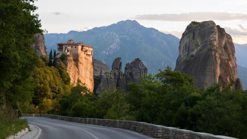 Landcape Grécia da rocha de Meteora da estrada imagens de stock royalty free