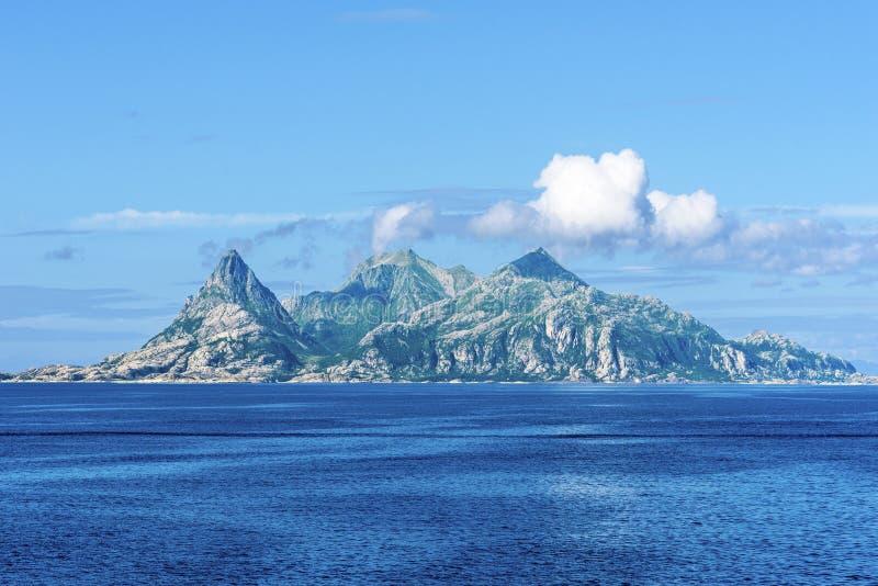 Landegode ö som sett från västra, Bodo Municipality, Nordland län av Norge Vattenyttersida av det norska havet är på förgrund arkivbild