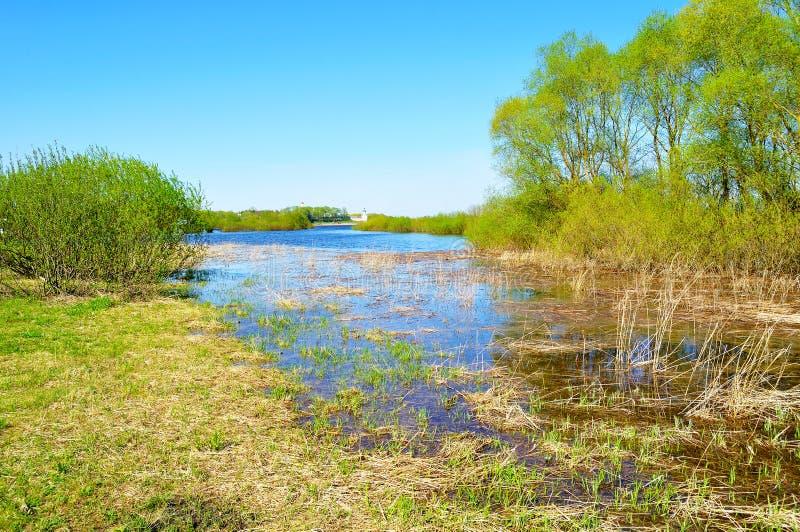 Landelijk de lentelandschap - binnenwater van Volkhov-rivier en Yuriev-klooster in de afstand in aardig de lenteweer stock foto