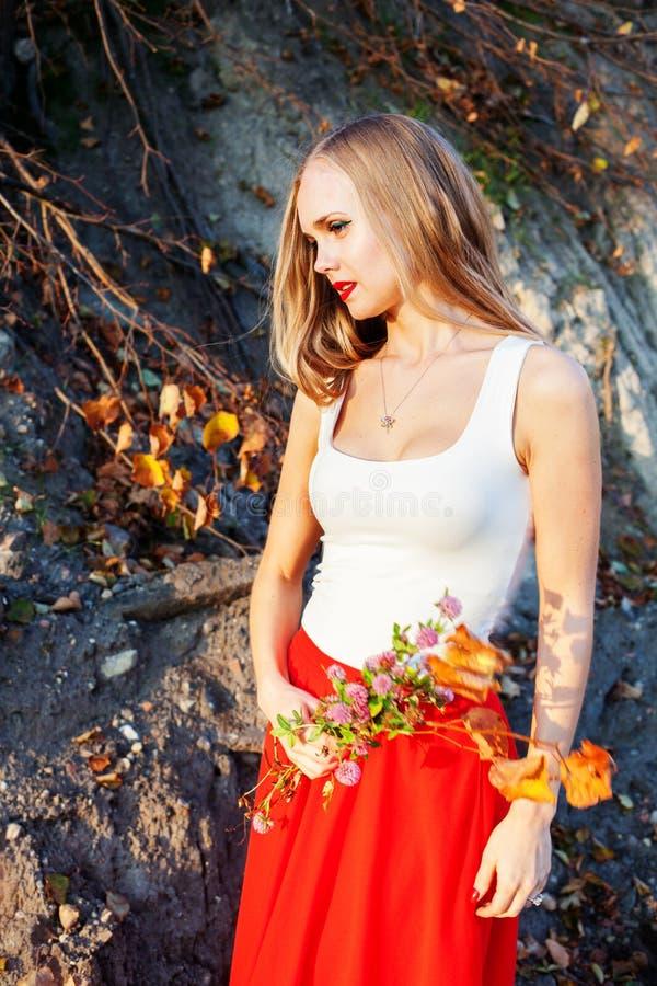 Landelijk de watermeloendorp van de meisjesvrouw, rustiek, bloemen, klaver royalty-vrije stock afbeelding