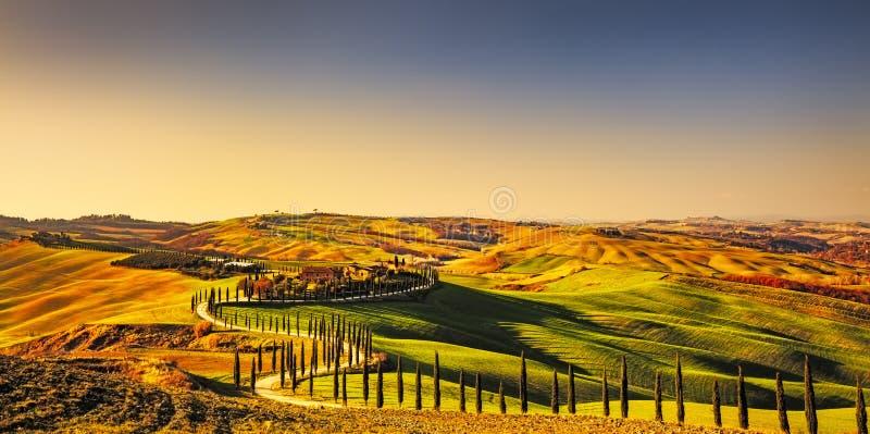 Landelijk de zonsonderganglandschap van Toscanië, Kreta Senesi Plattelandslandbouwbedrijf, royalty-vrije stock fotografie