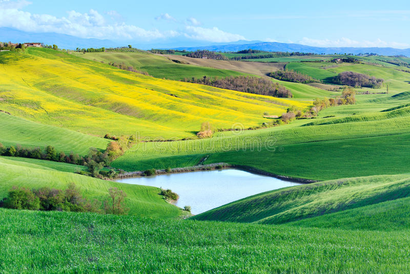 Landelijk het meerlandschap van Toscanië, Kreta Senesi, Italië. royalty-vrije stock afbeeldingen