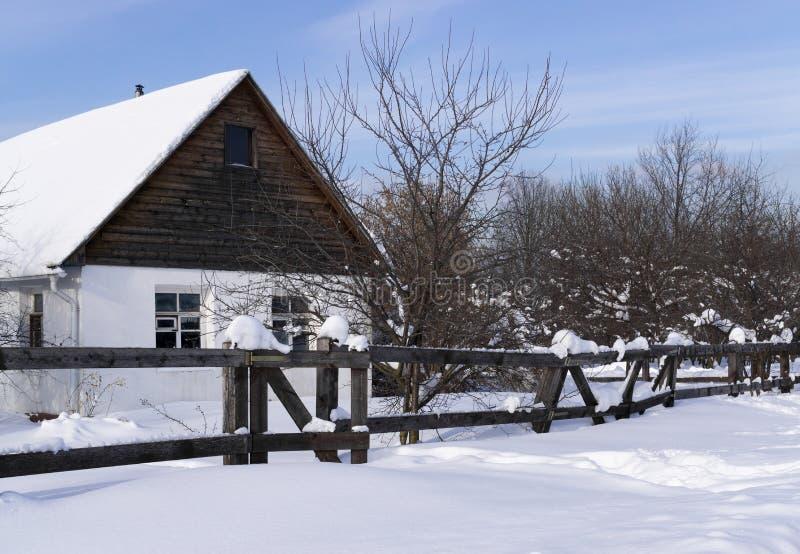 Landelijk Huis in de Winter stock afbeeldingen