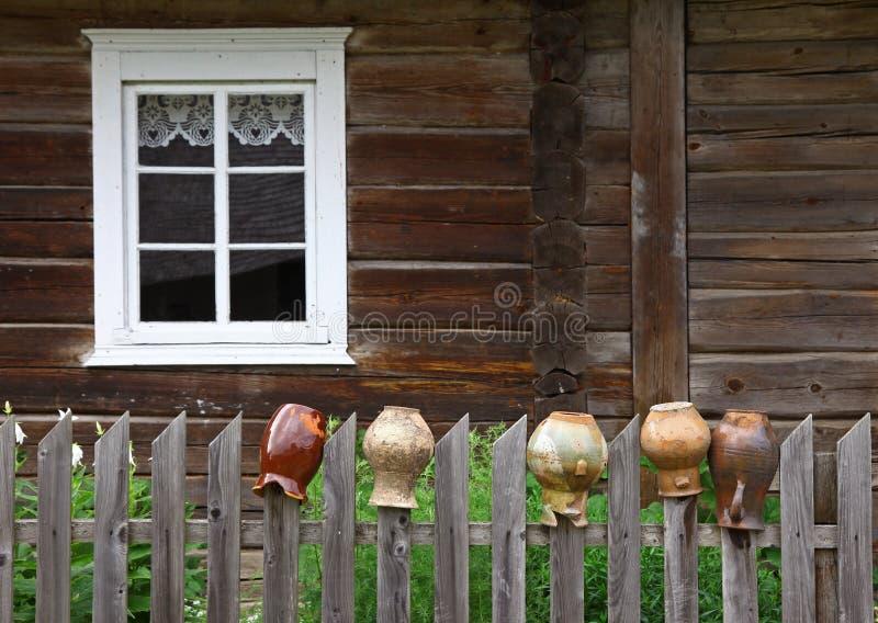 Landelijk huis en oude kruiken stock foto's