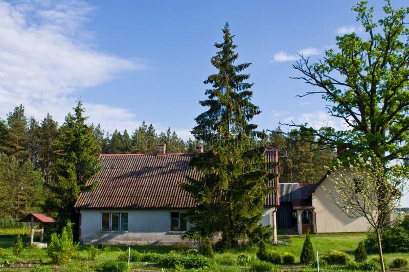 Landelijk huis met groene bomen in Polen stock afbeelding
