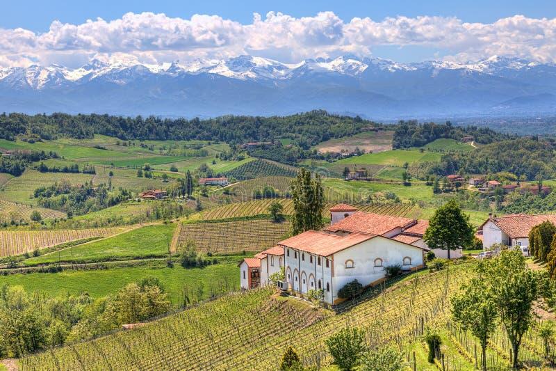 Landelijk huis op de heuvels in Piemonte, Italië. royalty-vrije stock foto
