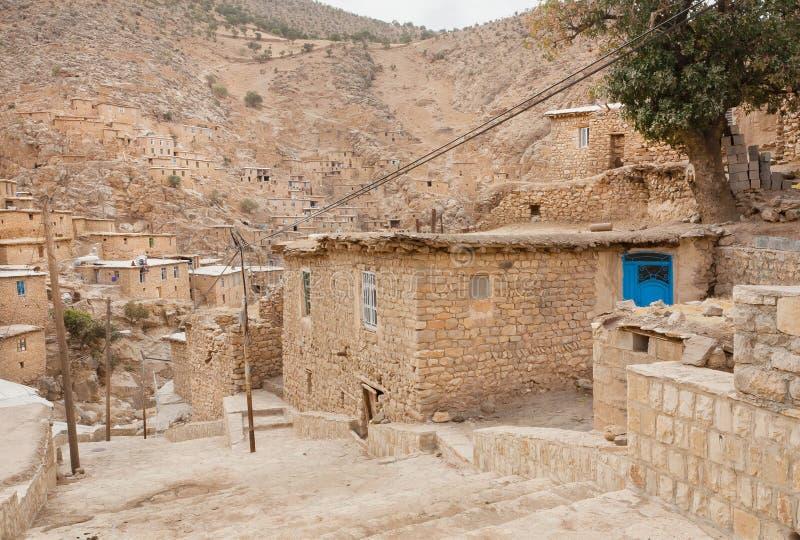 Landelijk landschap met baksteenhuizen in bergdorp Palangan, Iran royalty-vrije stock afbeelding