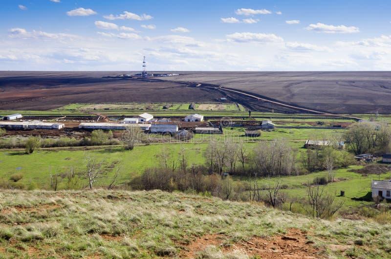 Landelijk landschap met een boortoren op de horizon Mening van hierboven royalty-vrije stock afbeeldingen