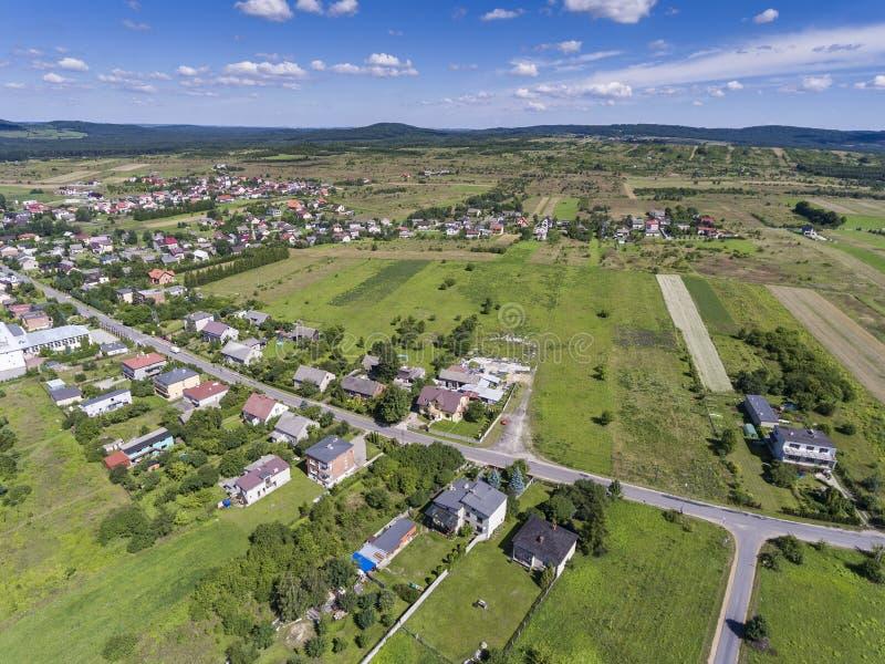 Landelijk landschap met groene heuvel en blauwe hemel in Polen Mening voor stock afbeeldingen