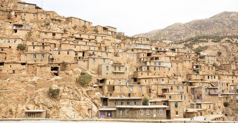 Landelijk landschap met klei en baksteenhuizen in bergdorp stock afbeelding