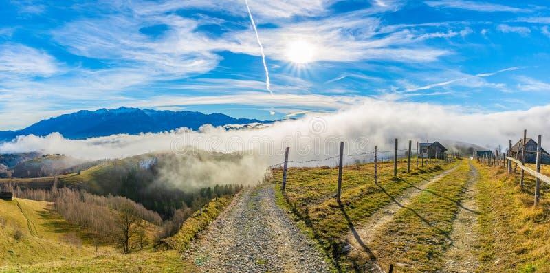 Landelijk landschap met mist royalty-vrije stock afbeeldingen