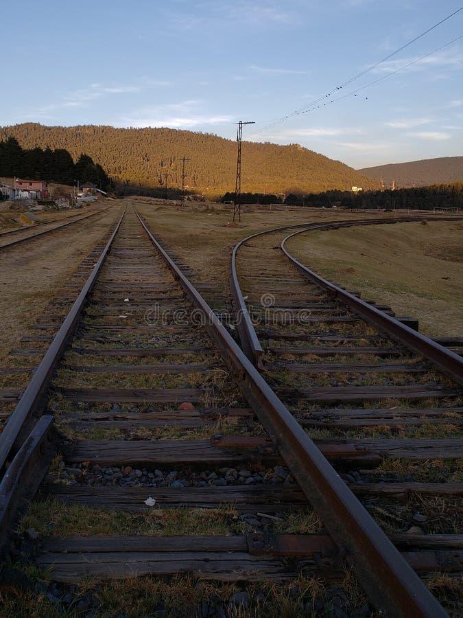 landelijk landschap met spoorwegsporen in Toluca, Mexico bij zonsondergang stock afbeeldingen