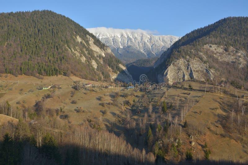 Landelijk landschap met vakantiehuis, villa, pensioen en traditionele rustieke plattelandshuisjes royalty-vrije stock afbeeldingen