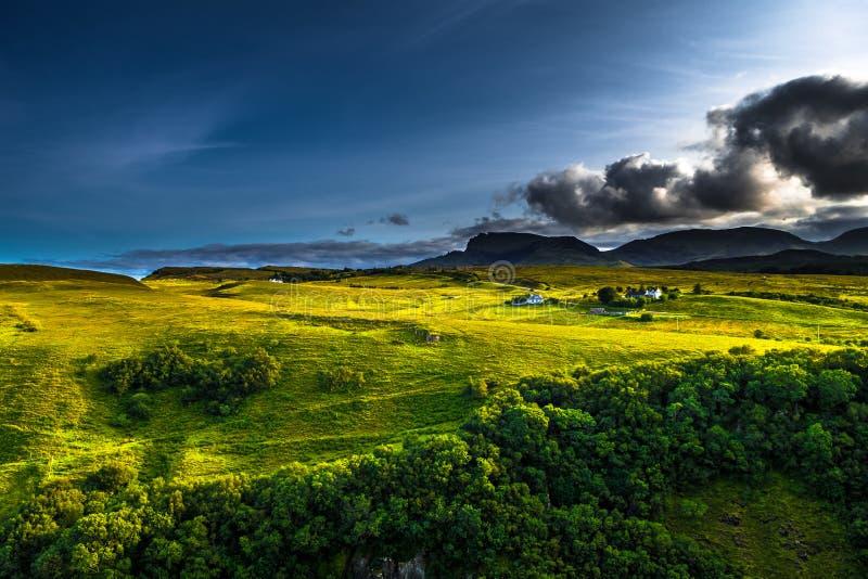 Landelijk Landschap met Verre Huizen bij de Oude Vorming van Mensenstorr op het Eiland van Skye In Scotland stock foto's