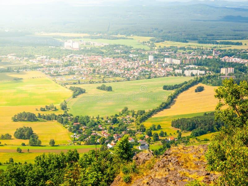 Landelijk landschap rond Mimon op zonnige de zomerdag, mening van Ralsko-berg, Tsjechische Republiek stock foto's