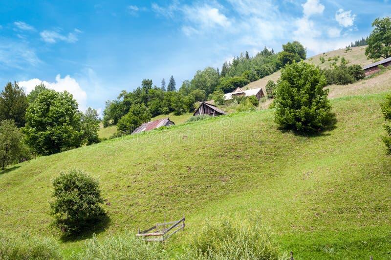 Landelijk landschap van Karpatische bergen Klein Dorp royalty-vrije stock afbeeldingen