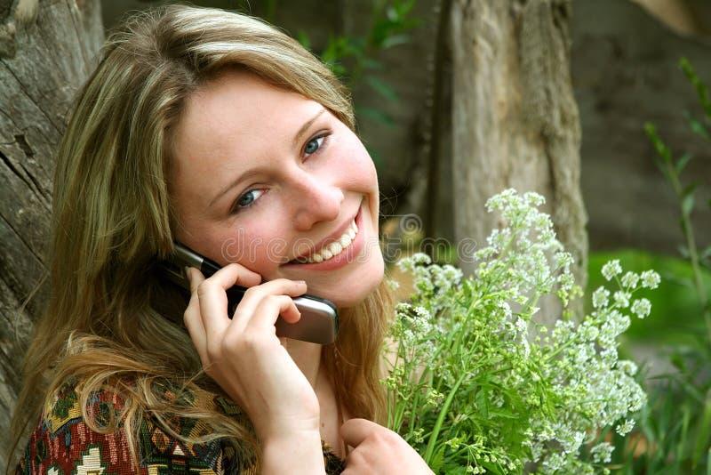 Landelijk meisje/mobiele telefoon stock afbeelding