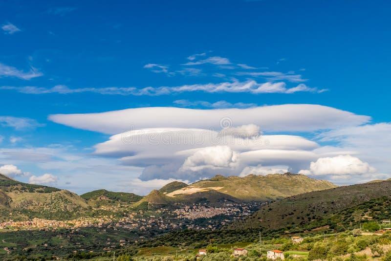 Landelijk scènelandschap van groene heuvels van Sicilië met mooie wolken stock afbeelding