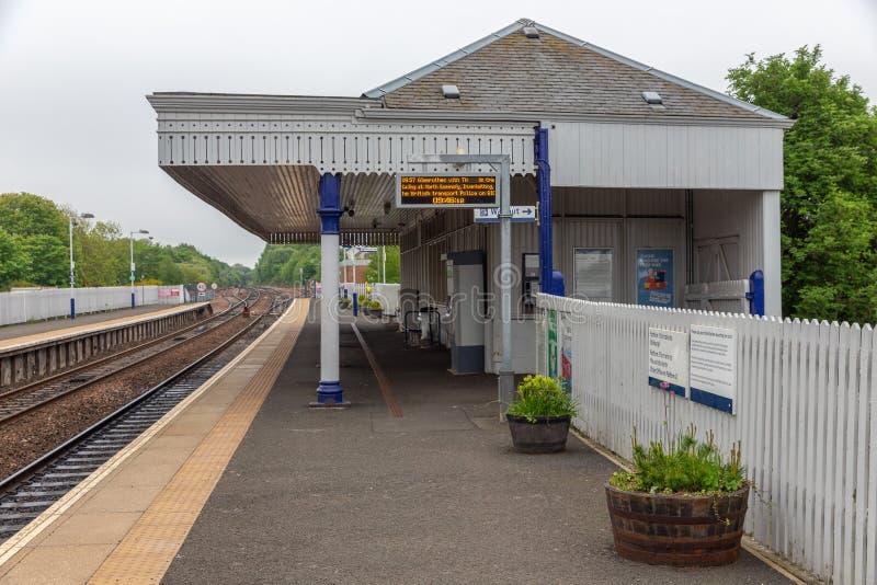 Landelijk station met platform en kaartjesbureau in Schotland stock afbeelding