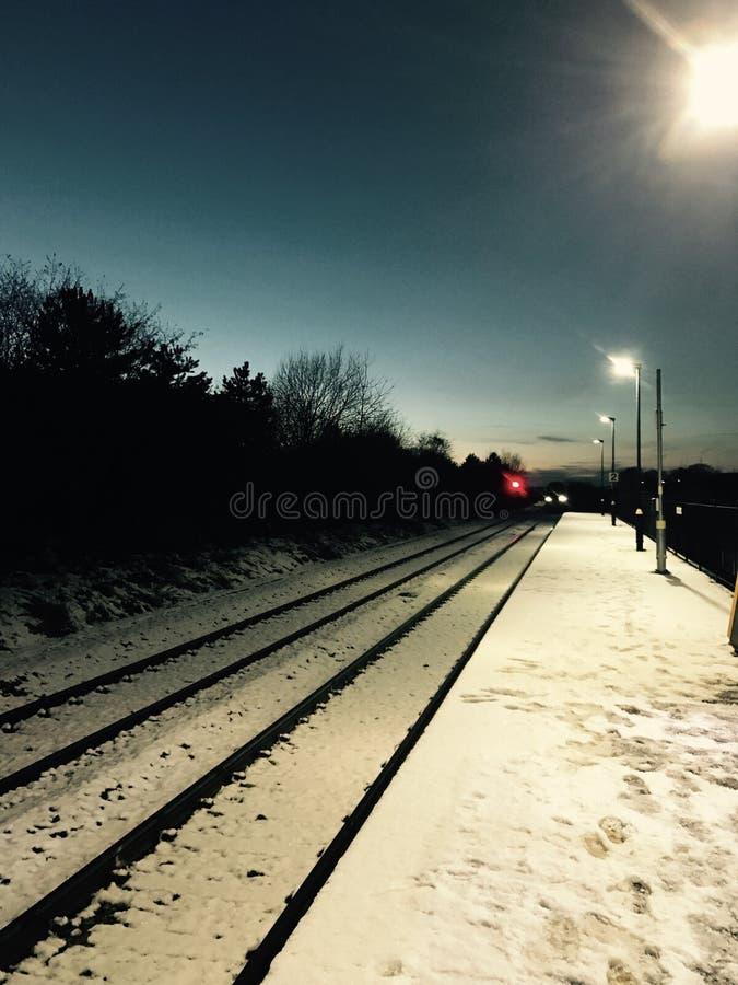 Landelijk stationplatform in de sneeuw stock afbeelding