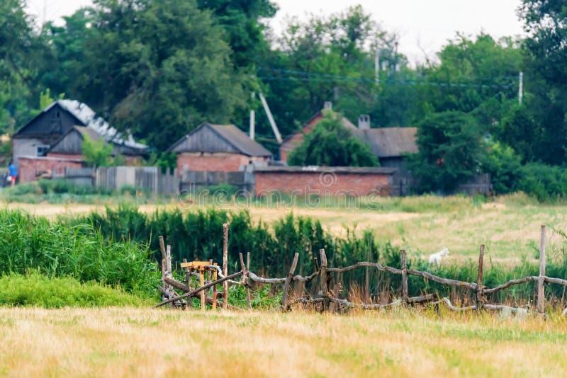Landelijke achtergrond met gebied en hiuses in de zomer royalty-vrije stock fotografie