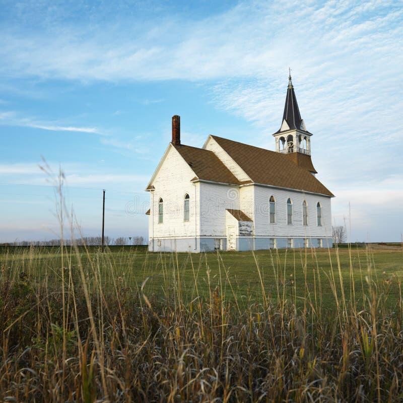 Landelijke kerk op gebied. stock foto