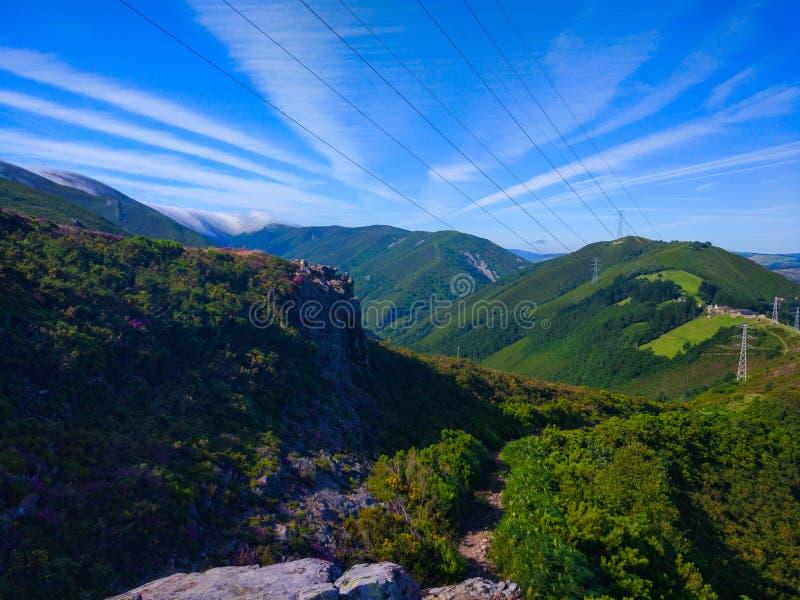 Landelijke manier in midden van een berg met groene gras en vegetatio royalty-vrije stock fotografie