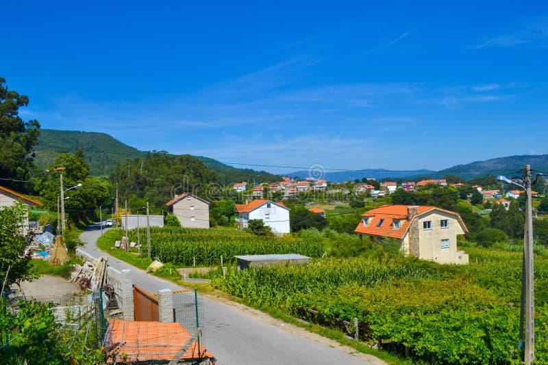 Landelijke mooie stad met landbouwbedrijven en een weg kruising Bergen a royalty-vrije stock afbeeldingen