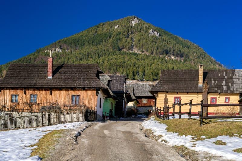 Landelijke plattelandshuisjes bij dorp Vlkolinec, Slowakije royalty-vrije stock foto
