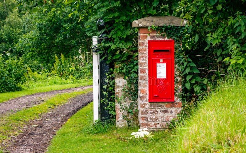 Landelijke rode postbus royalty-vrije stock foto's