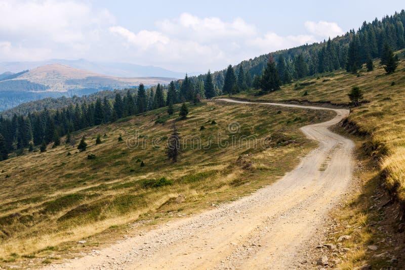 Landelijke weg in bergen royalty-vrije stock afbeelding