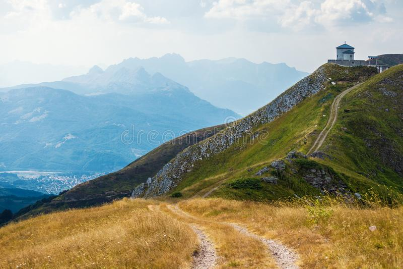 Landelijke weg in bergen stock afbeeldingen