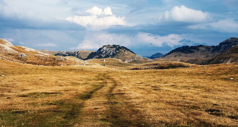 Landelijke weg in bergen royalty-vrije stock afbeeldingen