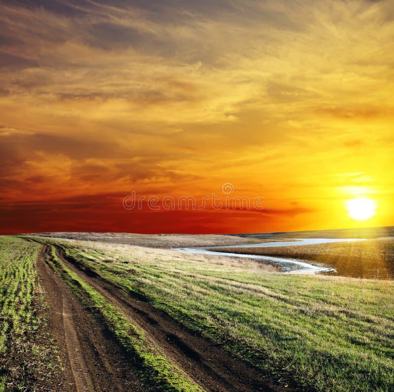 Landelijke weg en zonsondergang stock foto