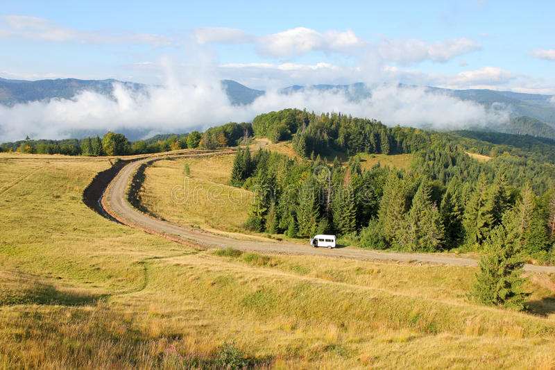 Landelijke weg langs de rand van het bos stock fotografie