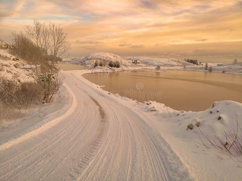 Landelijke weg over de de winterfjord royalty-vrije stock foto