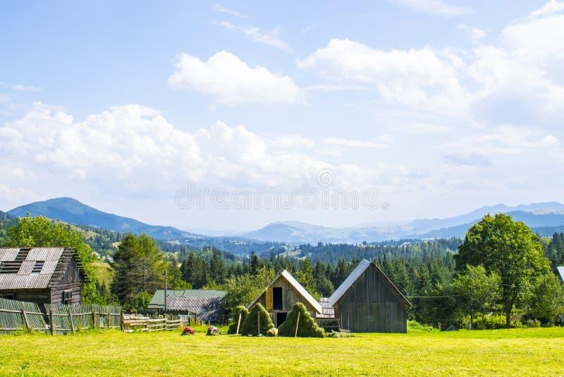 Landelijke werf met een bergpanorama royalty-vrije stock fotografie